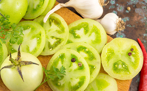 Green tomatoes cut into circles